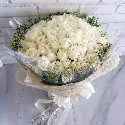 ช่อดอกไม้กับผู้หญิง