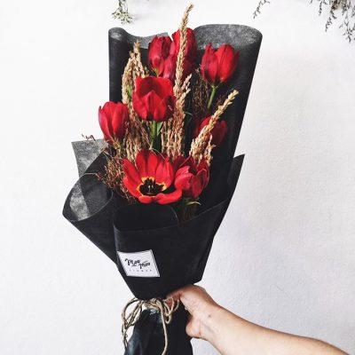 มอบช่อดอกไม้สีแดง เพื่อแสดงออกถึงความรักที่จริงใจ